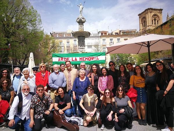 Foto de familias de los participantes en Arde la Memoria.