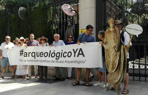 Protesta ante la puerta de la Subdelegación, en Gran Vía.