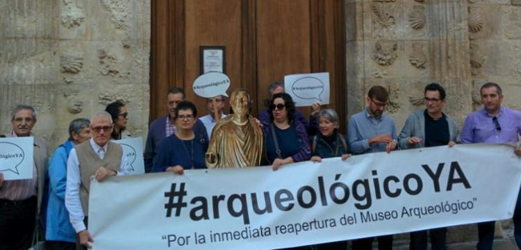 Concentrados este sábado ante el Museo Arqueológico.