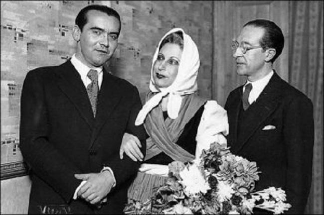 Autor, actriz y director. Esta fotografía de 1934 recoge el momento posterior al estreno de Yerma en el Teatro Español de Madrid el 29 de diciembre. Están Federico, Margarita y el director de la compañía, Cipriano Rivas Cherif.