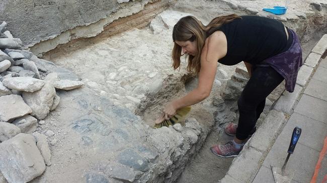 Una arqueóloga trabajaba este miércoles en la base de la capilla que ha quedado al descubierto.