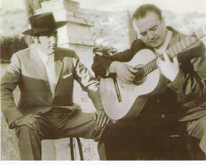 Curro Vega, al cante.