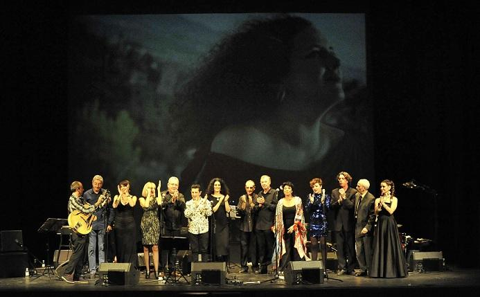 Músicos participantes en el homenaje, con la imagen de Celia Mur al fondo.