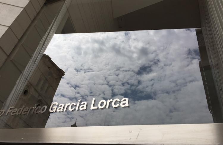 Espectacular imagen de la fachada del Centro Lorca, con el reflejo de la Catedral.