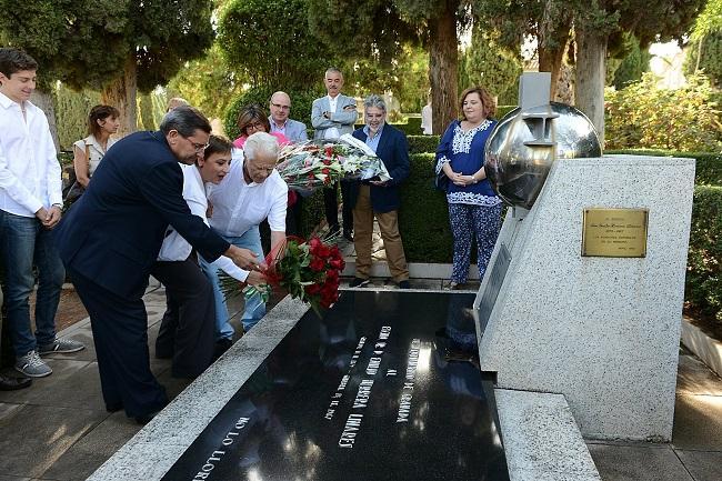 Homenaje sobre la tumba de Emilio Herrera.
