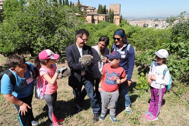El director del monumento y la responsable de las huertas con escolares de Charchelejo (Jaén).