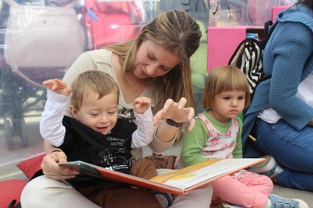Los más pequeños disfrutaron de la lectura junto a la Fuente de las Batallas.