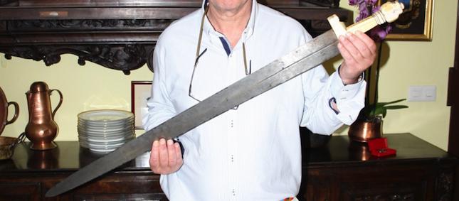 Un descendiente del Gran Capitán muestra la espada de combate, que conserva restos de sangre del XVI, localizada tras la minuciosa investigación.