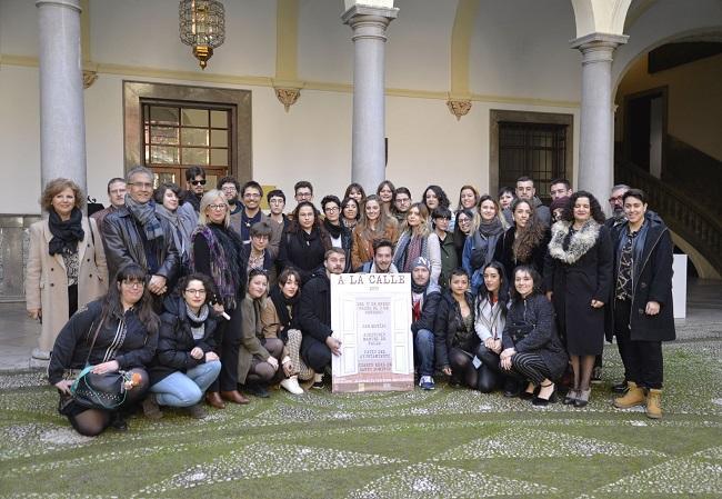 Foto de familia, en el patio del Ayuntamiento de Granada, tras la presentación de la muestra.