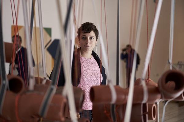 Teresa Solar Abboud junto a su obra, 'Masa de infinita enormidad'.