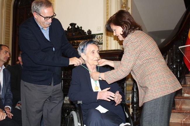 Carmen Calvo entrega el premio a la poeta Mariluz Escribano.
