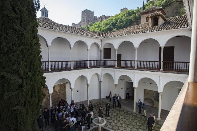 Interior del Museo Arqueológico, con la Alhambra al fondo.