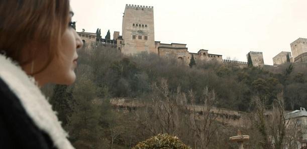 La cantante Anni B Sweet contempla la Alhambra.