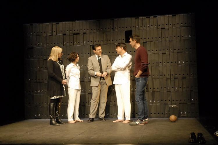 El alcalde y la concejala de Cultura con los miembros de la compañía.