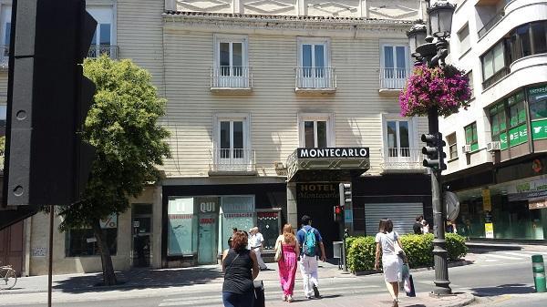 El edificio se encuentra en la Acera del Darro, en la capital.
