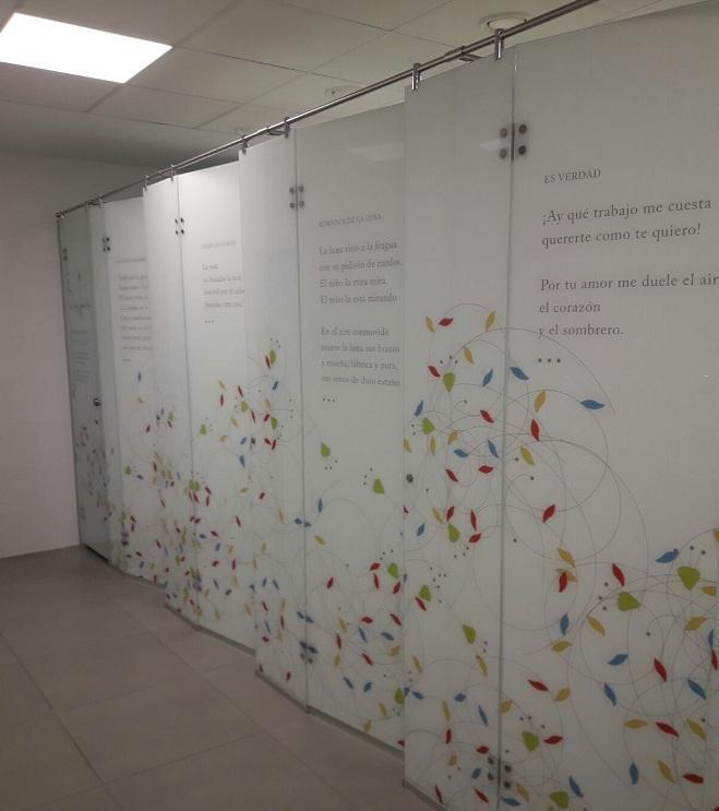 Paneles con versos de Lorca en los servicios del Aeropuerto.