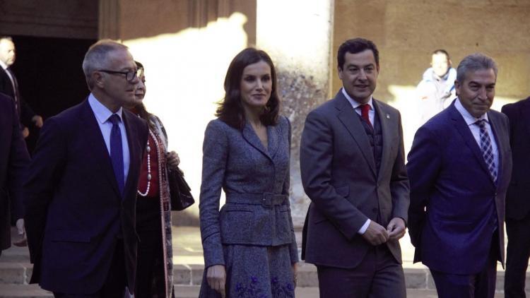 La reina Letizia, junto a las autoridades, al llegar al Palacio de Carlos V.
