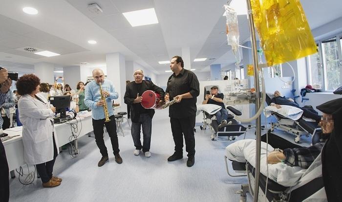 El grupo toca por los pasillos de la unidad oncohematológica.