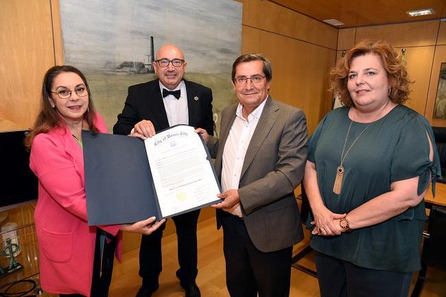 Acto de entrega del documento al presidente de la Diputación de Granada.