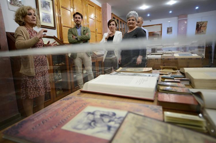 Los responsables de la Junta en su visita a la Biblioteca Hurtado de Mendoza, en Órgiva.