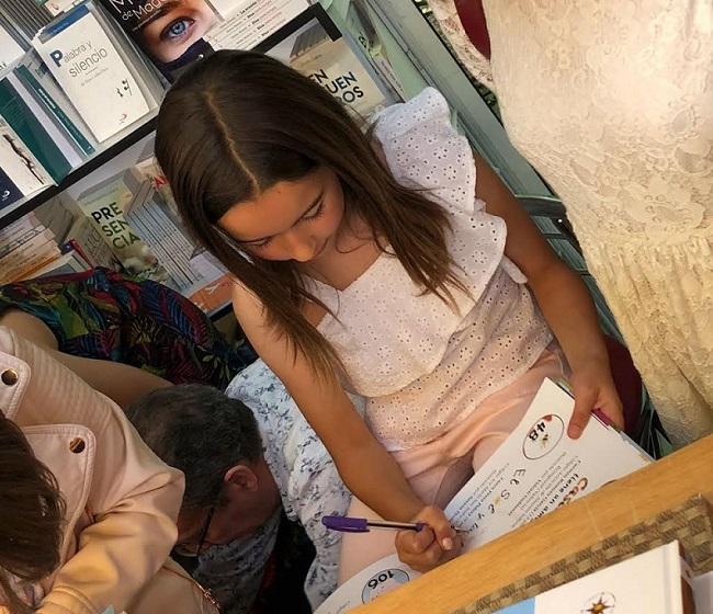 Laura firma ejemplares en la Feria del Libro de Madrid.