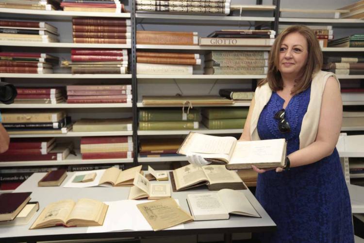 María del Mar Villafranca muestra algunos de los documentos que se conservan.