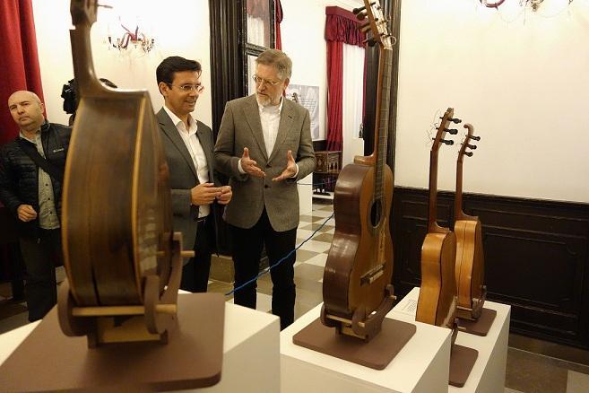 Cuenca visita una muestra de guitarras en el Carmen de los Mártires, abierta hasta el 14 de abril.