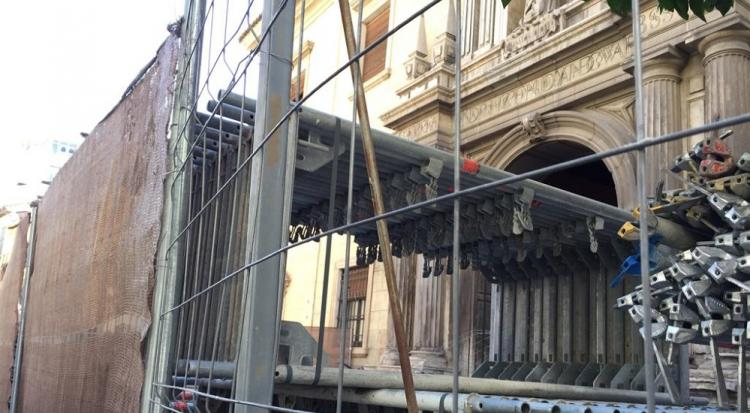 Andamios, a la espera de ser montados en la fachada del Hospital san Juan de Dios.