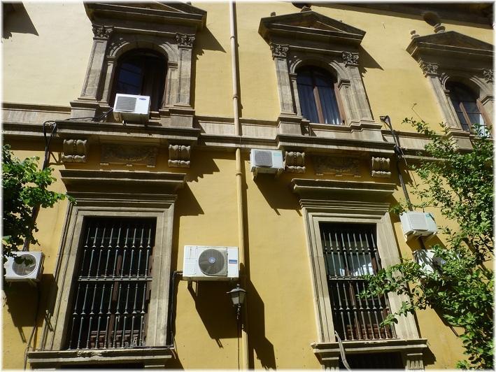 Aparatos de aire acondicionado en la fachada de la Facultad de Derecho.