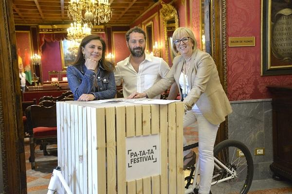 La concejalas Raquel Ruz y María de Leyva y Cecilio Puertas, director del festival.