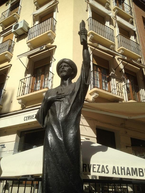 Estatua dedicada a Yehudá Ibn Tibón en la calle Pavaneras.