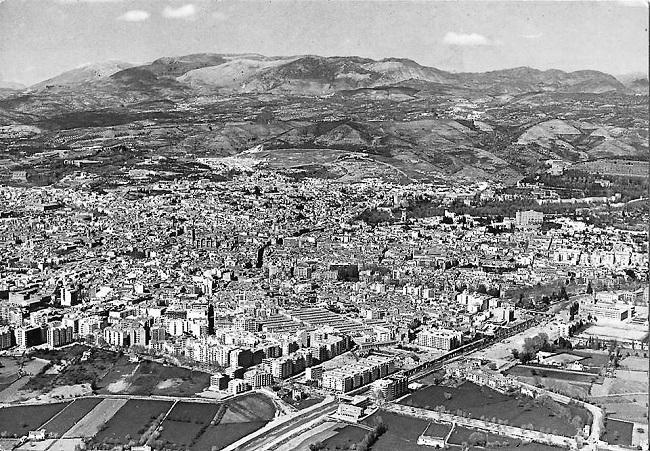 Foto aérea de Granada en 1968. Se aprecia la parte exterior del Camino de Ronda y de la Ribera del Genil todavía sin construir.