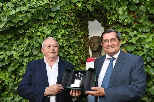 Antonio Ramos Espejo con José Entrena al recibir el Pozo de Plata honorífico.
