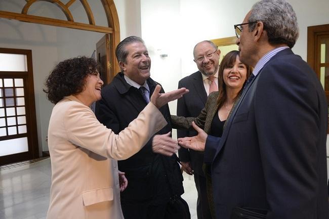la rectora de la UGR; Secretario general de Universidades de la Junta; ex Director general de la UNESCO; Embajador de Egipto en España y Secretaria ejecutiva de la Fundación Euroárabe.