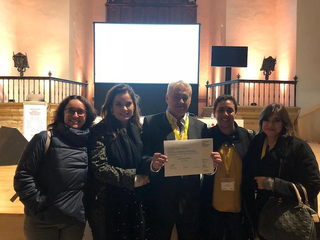 Representantes del HVN, con el diploma que acredita el premio.