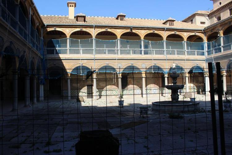 Imagen de uno de los patios que muestra el deterioro del inmueble, declarado BIC.
