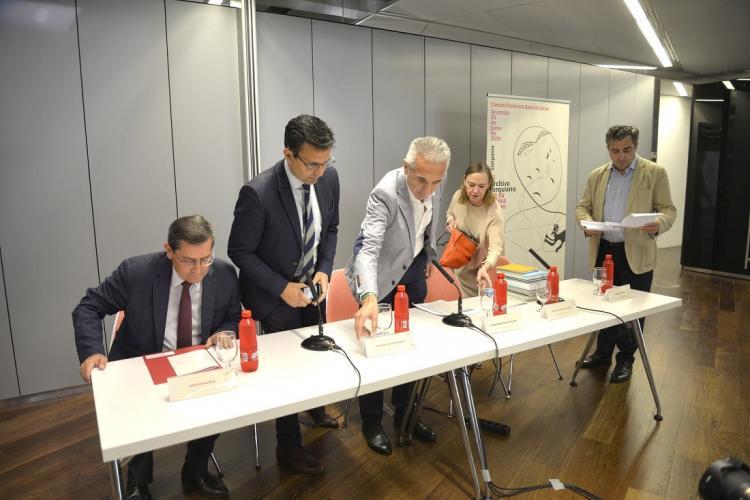 Laura García Lorca con las autoridades en la presentación del simposio internacional que da la bienvenida a los fondos.