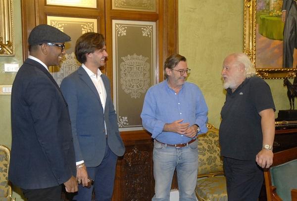El actor con responsables de la productora y el teniente de alcalde Baldomero Oliver.