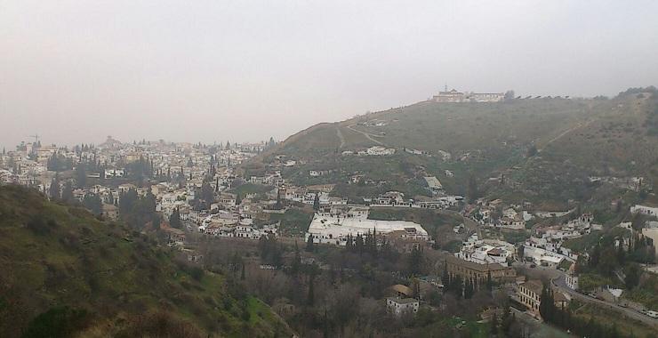Valle del río Darro, con el Sacromonte y cerro de San Miguel.