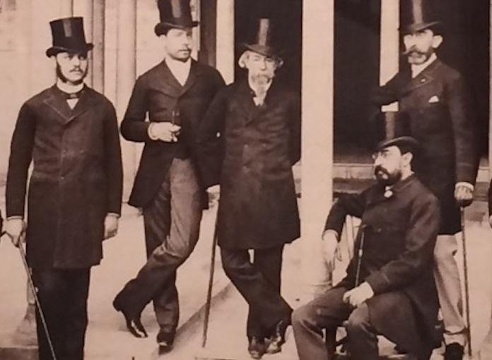 José Zorrilla, fotografiado junto a a sus amigos en la Alhambra cuando visitó Granada para su coronación como poeta nacional.