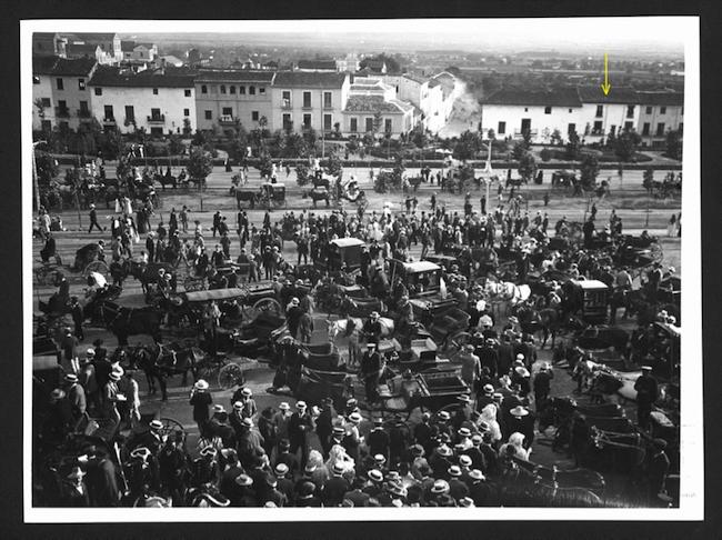 """Aquí """"nació"""" Puleva. Casa de Acera del Triunfo, 86 (señalado con flecha amarilla). Ahí estuvo la primera fábrica de refrescos y anisados de Unión Vinícola Industrial. Foto de 1912, en una salida de los toros."""