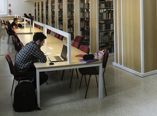 Estudiantes en la biblioteca de Ciencias Políticas y Sociología.