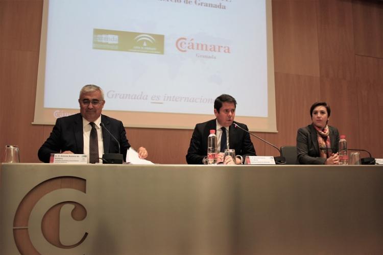 Gerardo Cuerva flanqueado por Antonio Ramírez de Arellano y Sandra García.