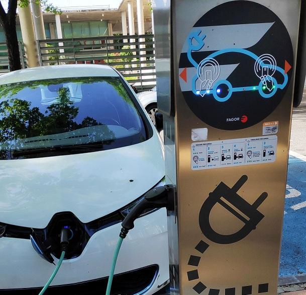 Un coche eléctrico en recarga.