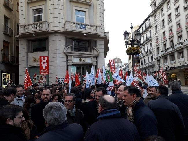 Concentración a las puertas de una de las sucursales en Puerta Real.