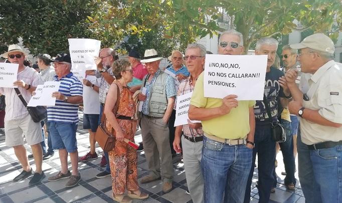 Concentración de pensionistas este lunes en la Plaza del Carmen.