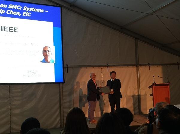 El catedrático Enrique Herrera recoge el premio a este trabajo.