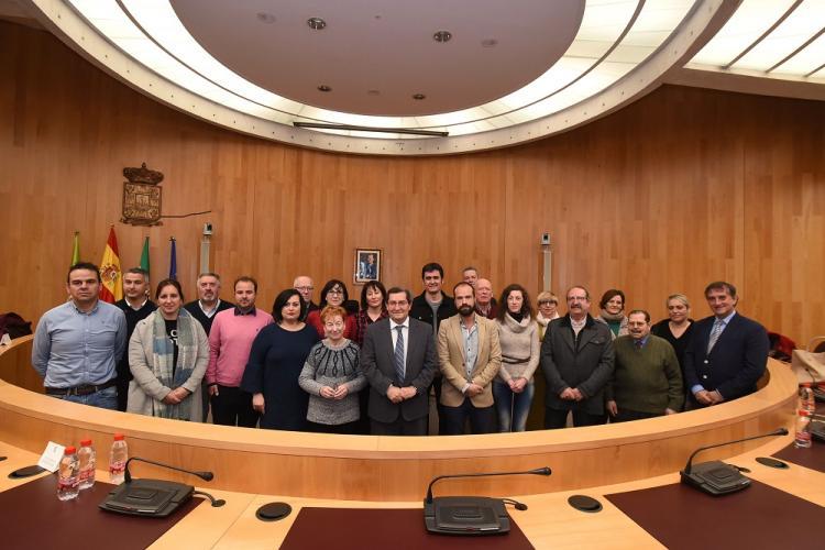 Alcaldes y alcaldesas de los municipios que pondrán fin a la exclusión financiera con los representantes de la Diputación.