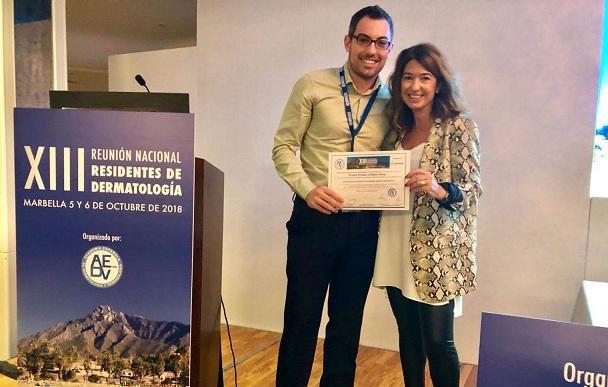 Carlos Cuenca recibe el diploma de su premio.
