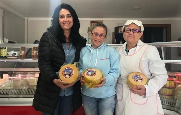 La alcaldesa y responsables de la quesería muestran el queso premiado.